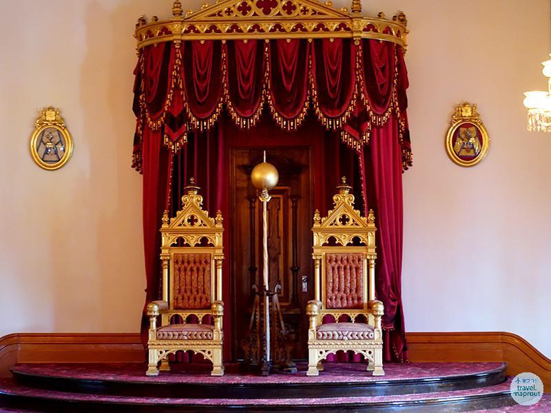 ハワイ州庁舎とアメリカ唯一の王宮イオラニ宮殿