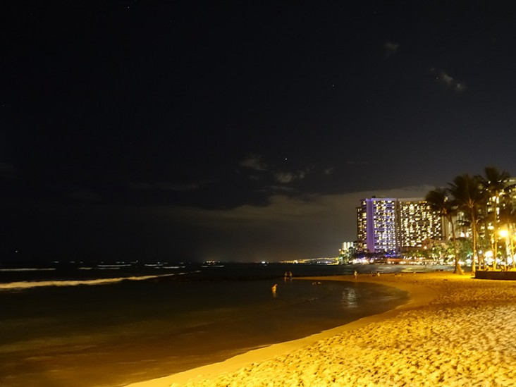 夜のワイキキビーチ